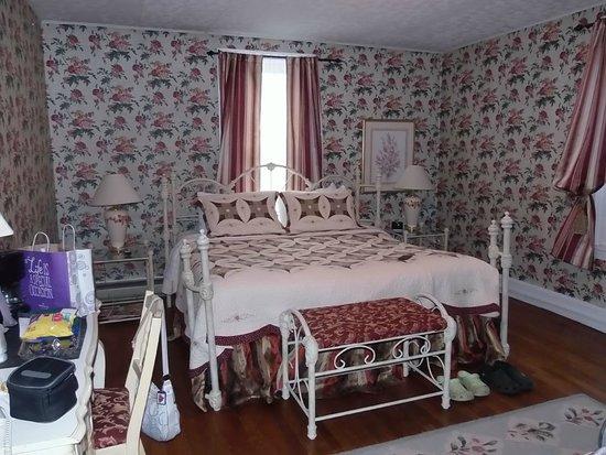The Country Inn of Berkeley Springs: King room in main building.