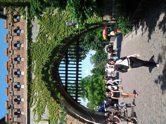 Place des Héros : Ворота замка, который находиться справа от площади.