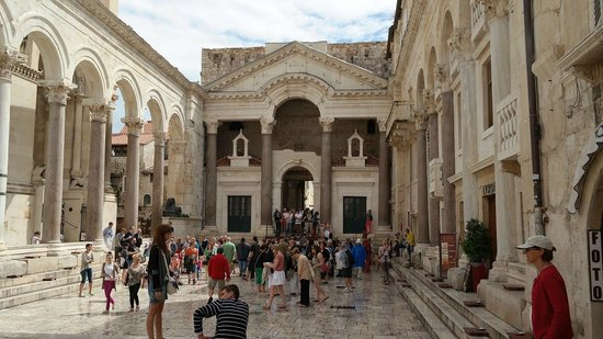 Palais de Dioclétien : внутренний двор