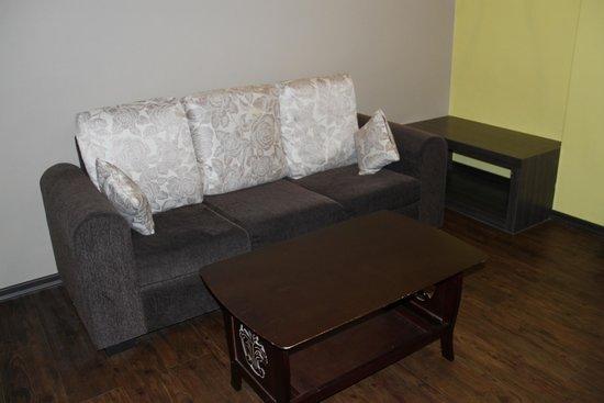 The Grand Jade Hotel: Sofa Room #211