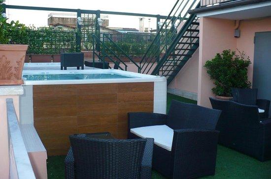 Welcome Piram Hotel : Jacuzi na dachu i wejście na taras widokowy