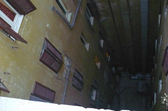 Welcome Piram Hotel : studnia wewnątrz budynku której nie widać jeśli się nie chce jej oglądać :)