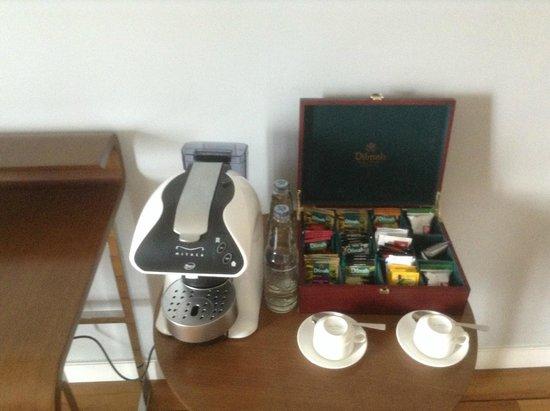 The Kuta Beach Heritage Hotel Bali - Managed by Accor: Кофемашина и большой выбор чая