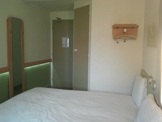 CHAMBRE DOUBLE - Picture of Ibis Budget Versailles Trappes, Trappes ...