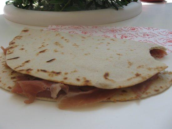 piadineria pizzeria il vicolo : Piadina al prosciutto crudo:quanta roba e che bonta'!