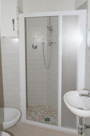 Hotel Lagomaggio: Bagno con box doccia