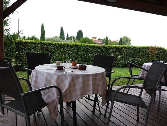 Agriturismo Villani Poderi Nesti & Cupoli: La terrasse de l'agritourisme près de la piscine.