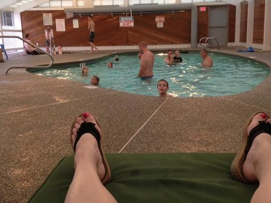 Green Granite Inn & Conference Center: Enjoying the pool