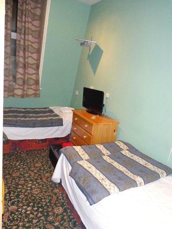 Apollo Hotel - Bayswater: Kamer met 2 losse bedden, schreuren in de muur zie je net niet
