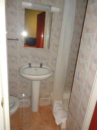 Apollo Hotel - Bayswater: badkamer, alles oud, douche redelijk werkend, toilet gebruiken maar geen toiletpapier doorspoele