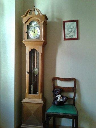 Teddy Bear Hostel Riga : Старинная мебель в уютном номере
