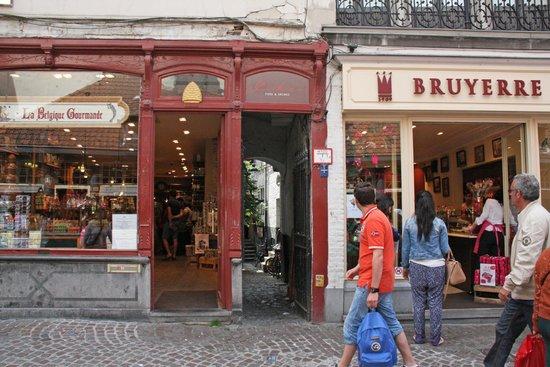 Staminee De Garre: Entry to the alleyway from Breidelstraat