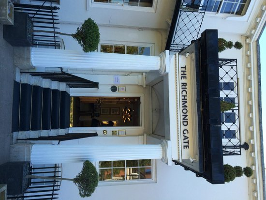 Richmond Gate Hotel: The entrance to the hotel