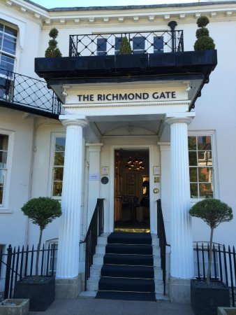 Richmond Gate Hotel : The entrance to the hotel