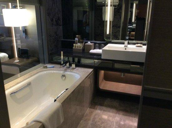 Royal Plaza Hotel : Lovely bathroom