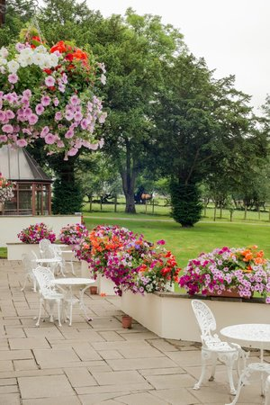 Appleby Manor Hotel & Garden Spa: Looking the other way along the patio area