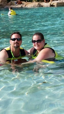 Discovery Cove : Relaxing in the water