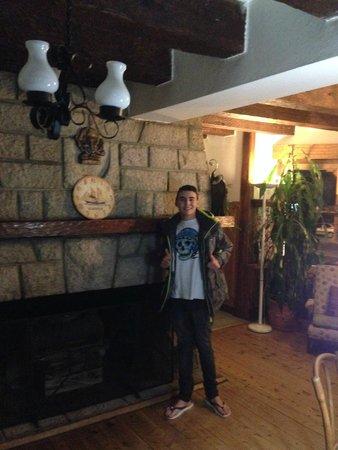 Hosteria Las Amapolas: Eu em frente à lareira