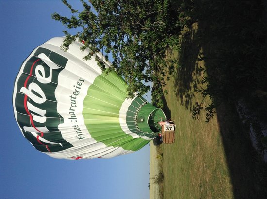 Moulin d'Hauterive : Montgolfière atterrissant dans le parc