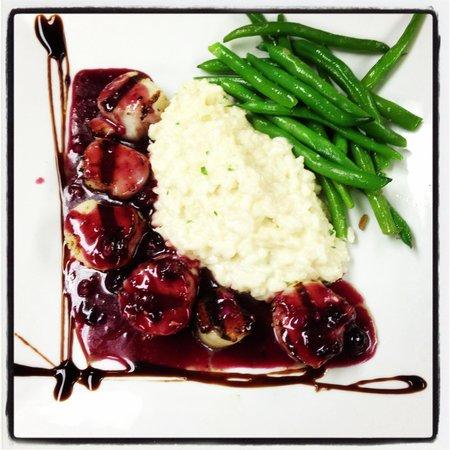 The Hollow Bistro & Brew: Sea scallops with blueberry chutney