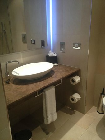 Hotel La Tour: Modern bathroom