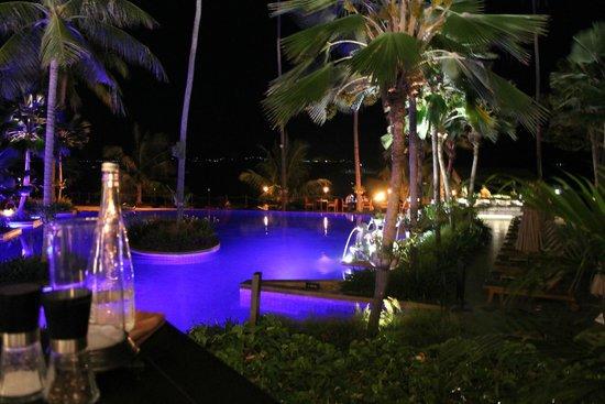 Anantara Bophut Koh Samui Resort: The pool at night