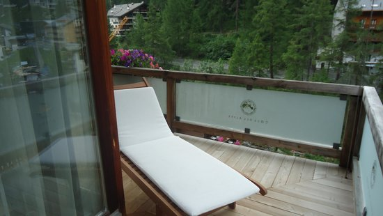 Coeur des Alpes : Balcony with sunbed