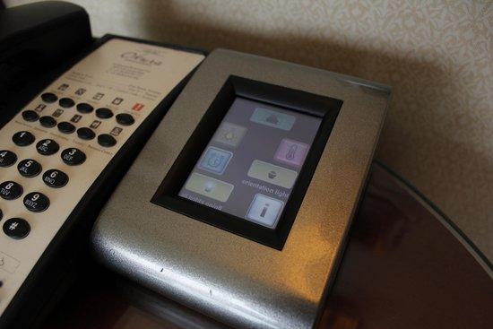Hotel Okura Amsterdam : Controller beside bed in junior suite