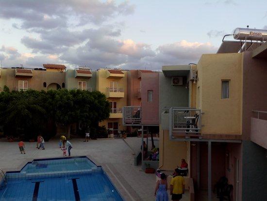Cosman Aparthotel: Двор отеля