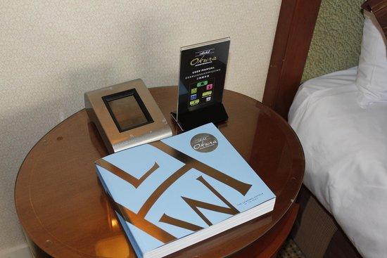 Hotel Okura Amsterdam: Bedside table in junior suite