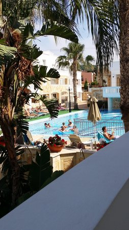 Majestic Hotel: Poolside view
