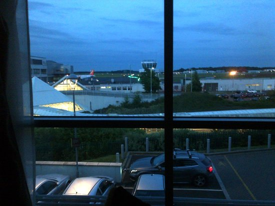 DoubleTree by Hilton Hotel Newcastle International Airport: Runway view