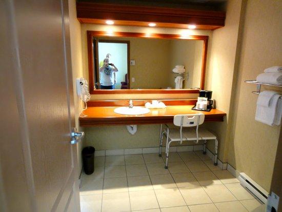 Hotel Chateau Laurier : Spacious bathroom