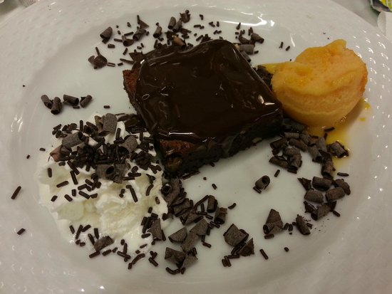 El Pescador: Brownie al cioccolato con gelato-Chocolate brownie with ice-cream