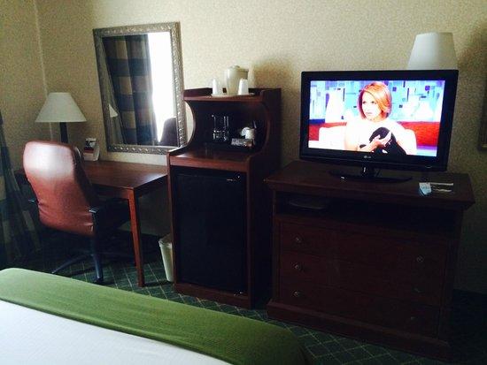 Holiday Inn Express Dayton-Huber Heights: Tv Entertainment / Desk area