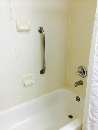 Holiday Inn Express Dayton-Huber Heights: Shower / Tub