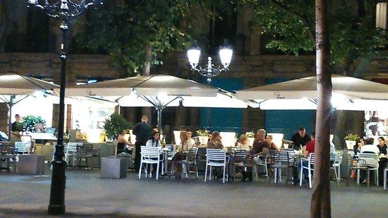 El Raco - Rambla Catalunya : Outside dining area of El Racó