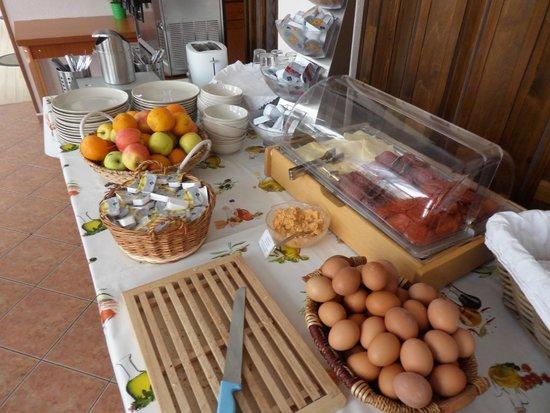 Csaszar Hotel: Complimentary breakfast - Basic, but generally OK.