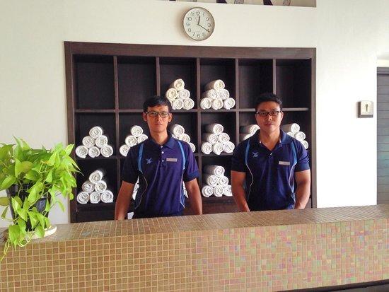 Sukhumvit Park, Bangkok - Marriott Executive Apartments: プール入口の受付スタッフ!(^_^)