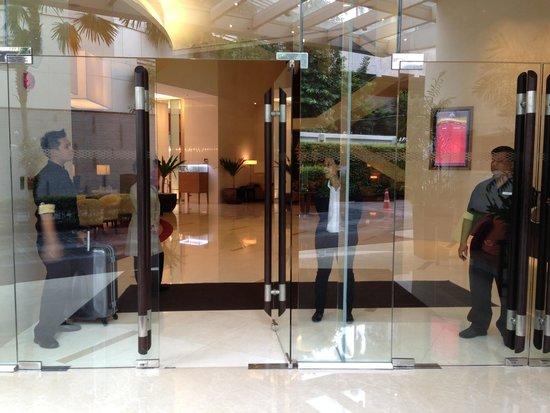 Sukhumvit Park, Bangkok - Marriott Executive Apartments: ホテルの入口!(^_^)