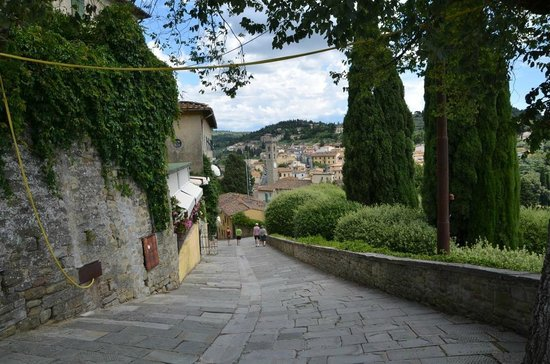 Franciscan Missionary Museum - Convento di San Francesco: La discesa verso Piazza Mino