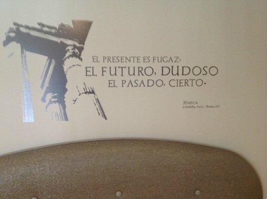 Eurostars Patios De Cordoba: Frase de Sêneca na parede do quarto