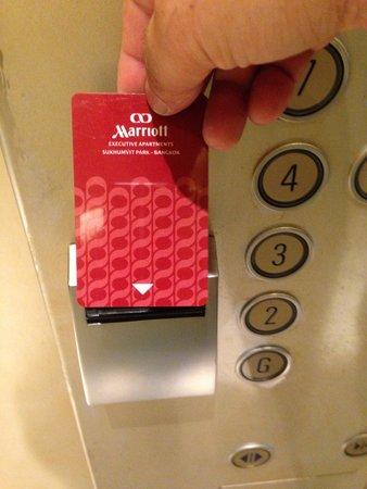 Sukhumvit Park, Bangkok - Marriott Executive Apartments: エレベーターで上に行く時は部屋のカードを差し込まないと行けない!(^_^)