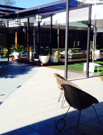 QT Gold Coast: Alfresco by the pool