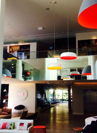 QT Gold Coast: Lobby with a view of the first floor