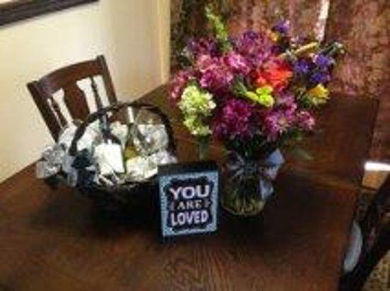 Woodland Cabins: wine and flower basket
