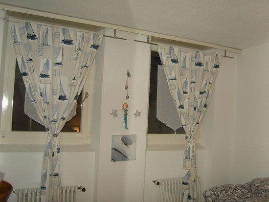 Hotel Chasseur: Fenêtres et leurs rideaux de mer