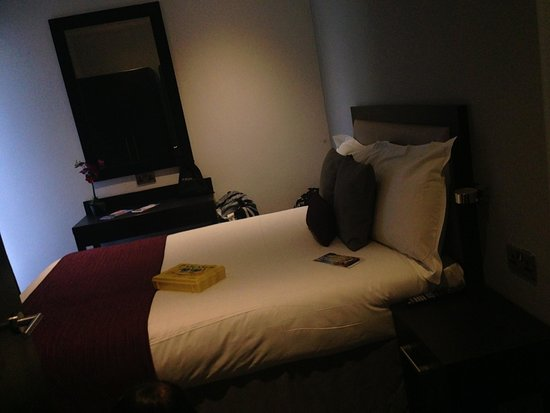 Epic Apart Hotel - Seel Street: The room with attached bathroom and television