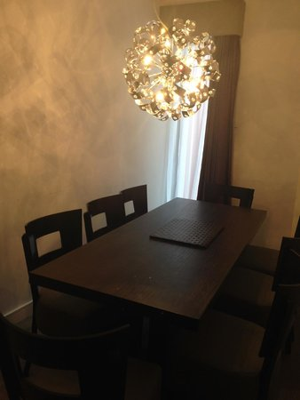 Epic Apart Hotel - Seel Street: Dining table
