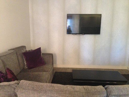 Epic Apart Hotel - Seel Street: Living room with television